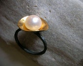 gold plated disc with 9mm fw pearl on oxidized sterling silver ring