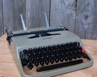 1950 Olivetti Lettera 22 Typewriter - German Character Layout
