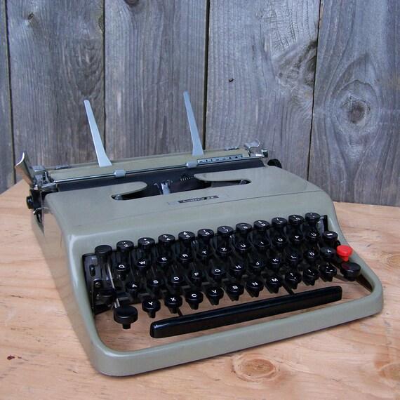 1950 Olivetti Lettera 22 Typewriter - German Character Layout
