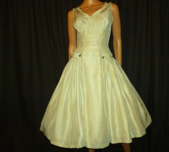 "MINTy Fresh Vintage 1950's MINT Green Full Circle dress with Pretty Bow Accents   34"" chest size"