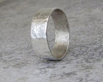 Stunning wedding rings Hammered men s wedding ring