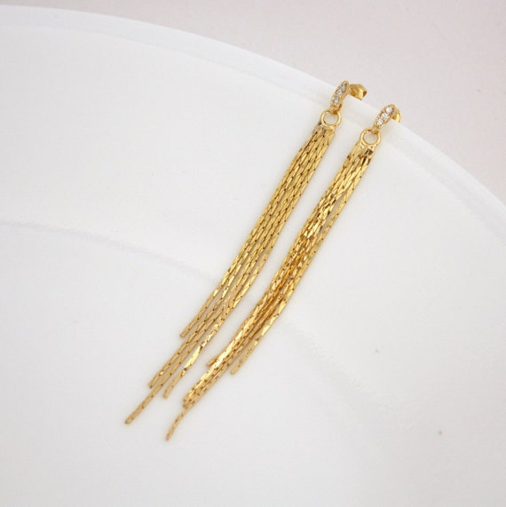 Earring with chain beautify themselves with earrings
