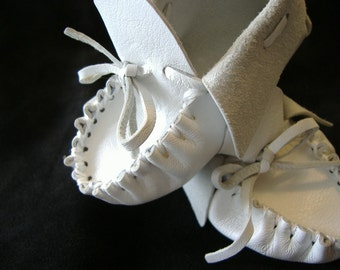 Baby's first mocassins in white lambskin