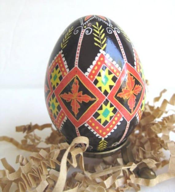 Pysanka, Ukrainian Easter egg, chicken egg shell hand painted batik style