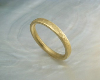 18k gold hammered ring / hand forged wedding band, comfort fit -- pebble style