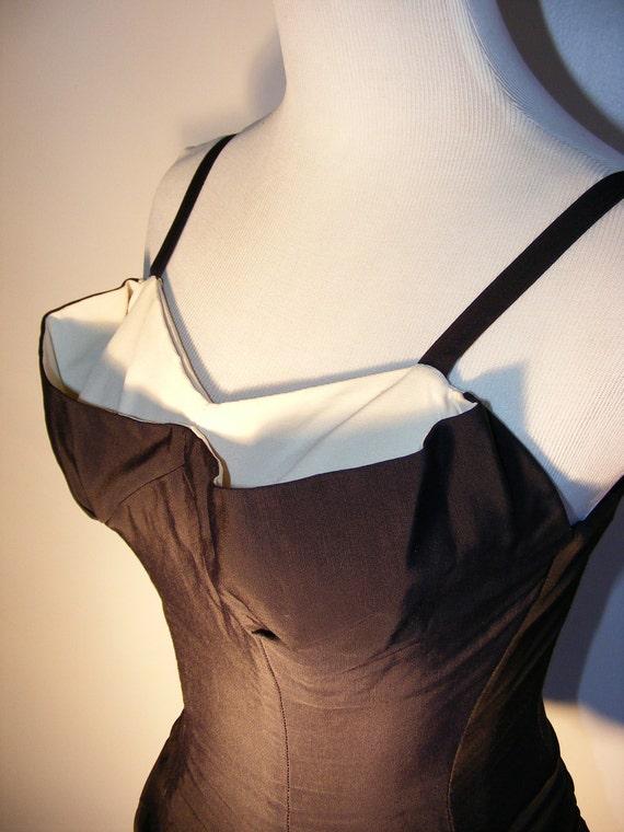 Rose Marie Reid early 1950s swimsuit Houglass Maillot. Ruched bubble hem, boned bodice, bust shelf.
