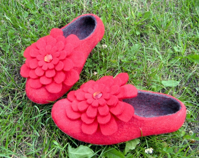 Felted Slippers Floral Poppy Grey, Womens Wool Shoes, Handmade Slippers, Felt Flowers, Beautiful slippers, Indoor Outdoor, Handmade Shoes