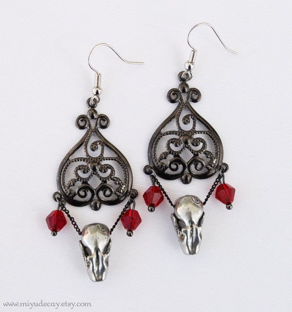 Miyu Decay Noir Filigree Heart Earrings