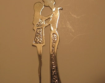 VintagVintage Pendant Hippies 1960s 1970s Kissing Couple Long Silvertone Charm Boy and Girl  Dating Sweetness Token