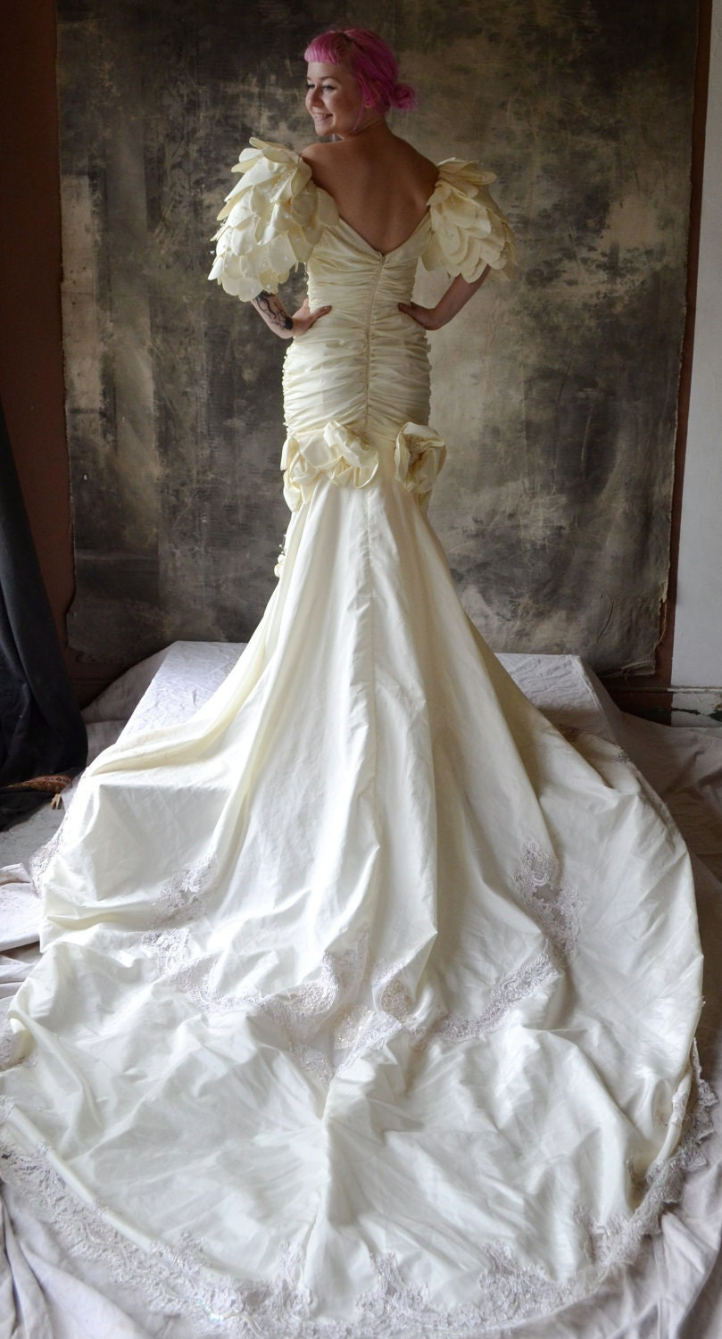 Fishtail Wedding Dress With Train : S wedding dress fish tail train and pearl beading size