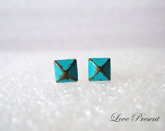 Grand Rock N Roll and Punk  Pyramid earrings stud style - Color Turquoise Teal Blue Patina Verdigris