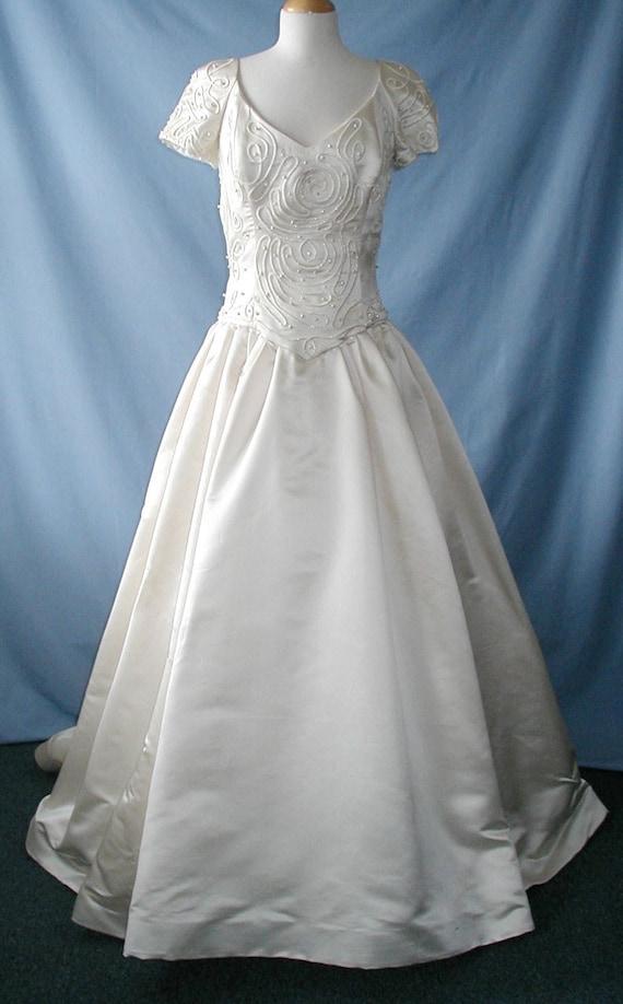 SALE This is an Elegant Carmela Sutera ivory wedding dress with a beautiful train