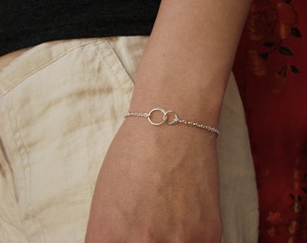 Friendship Interlocking Circles Charm Bracelet in Sterling Silver gold bridesmaid gift wedding entwined linked