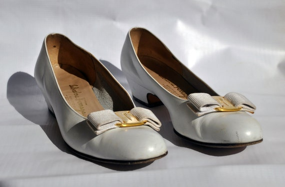 Ferragamo White Vara Pumps with Gold Bow Size 8.5