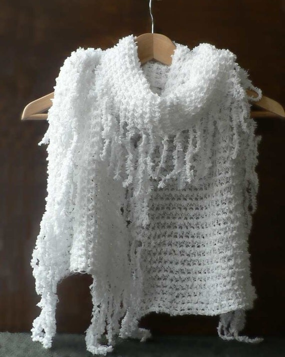 Knitted scarf in white colour with fringe 'Snowdrops'