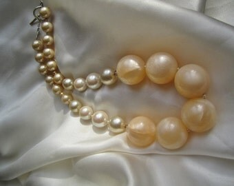 Vintage Statement  Necklace ./. Large Lucite Beads ./. 60's Beads ./. Vanilla Colored Vintage Beads ./. Collier Retro ./. Soft Color