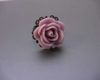 Vintage Style Gunmetal Filigree Starburst Ring With Lavender Rose