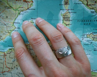Mod Ring, from the 50s-60s - Band-style, stamped 18k HGEG, size 5.25, 3/8 inch wide all around.