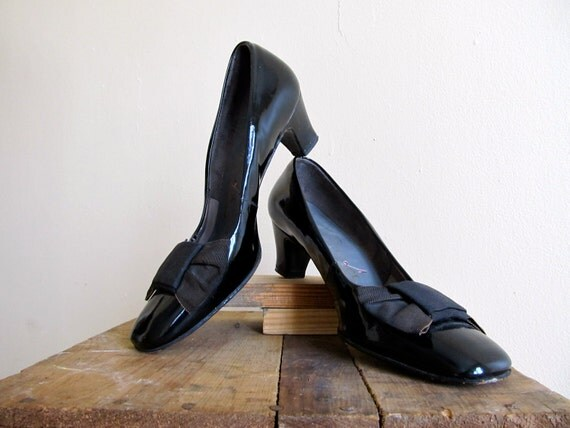 Vintage 50s Heels . Black Patent Leather Heels with Bows. Size 6.5