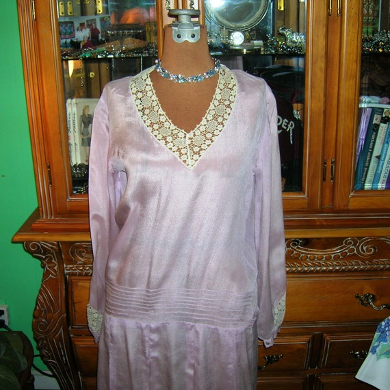Vintage 1920's Lilac Flapper Dress . Lavender Silk Charmeuse & Ecru Needle Lace Neckline / Cuffs . Dropped Waist . Miss Fisher. Petite