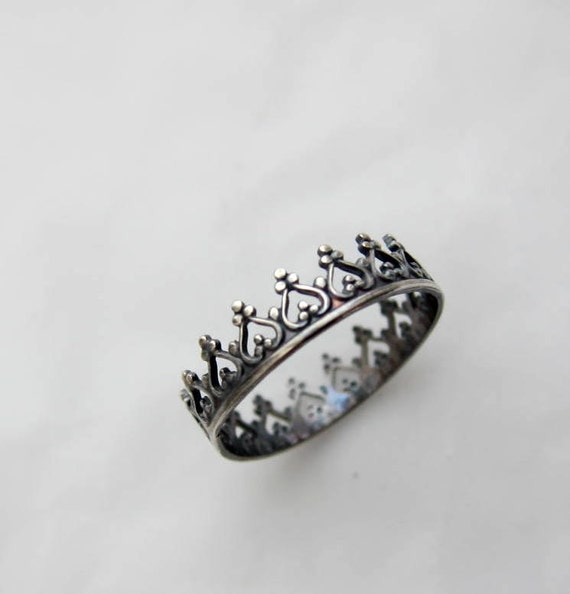 There is no quen without a crown. chic-rock oxidized ring
