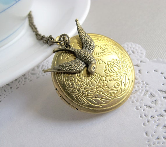 Bird Vintage Nature Style Necklace. Brass Round Locket, Woodlands Inspired, Locket Necklace, Photo Locket. Gift for her.