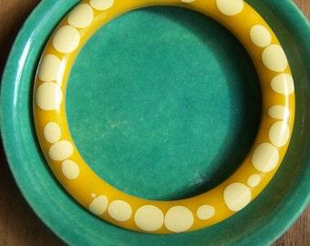 Bakelite Bangle Injected Random Dot Bracelet 1950s Yellow white VINTAGE by Plantdreaming