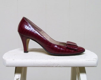 Vintage 1960s Shoes / 60s Garnet Stamped Patent Leather Faux Crocodile Pumps / Size 7 US
