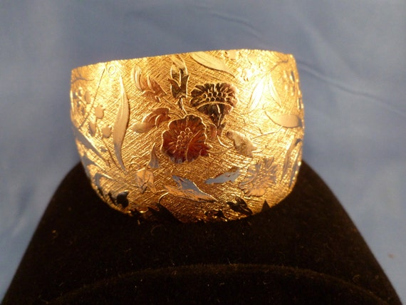 Large etched gold toned cuff bracelet (B43)