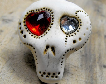 White sugar skull with two shiny hearts inside his eyes. Brooch, keychain, pendant or magnet (you choose)