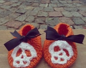 Slippers crochet PDF baby pattern - Shoes with Skull Applique and ribbon Bow - 3 size halloween costume - Instant DOWNLOAD