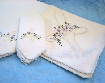 """Vintage White Linen Flower Basket Hand Embroidered Edged Table Topper (33"""" Square) and 2 Napkins"""