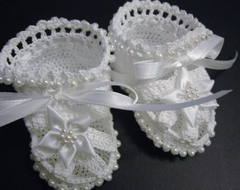 Crochet Baby Booties. Christening Crochet Booties.  White Flowers and Pearls. Newborn Baby Girl. Reborn Doll. Baptism. Baby Shower Gift