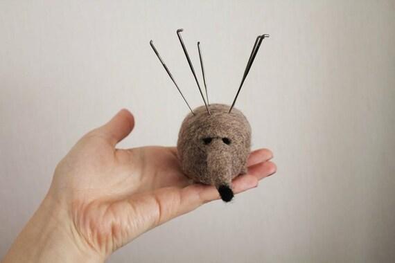 Self-help Pincushion Suspicious Hedgehog - Needle felted - Beige