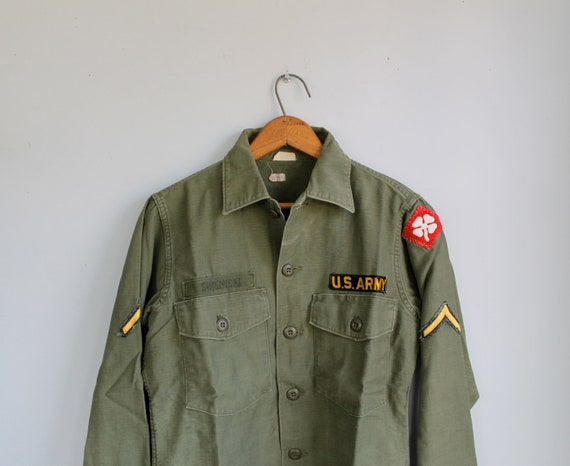 vintage 1960s U.S. Army shirt. Men size Sm/40. Vietnam era fatigue. U.S. 4th Army.