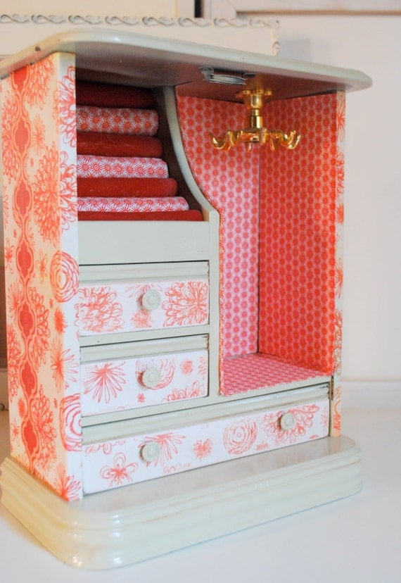Refurbished Vintage Jewelry Box - Cream and Red Open face