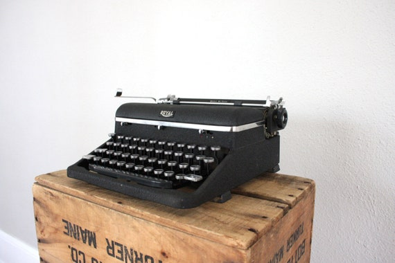 Vintage Typewriter // 1940s Typewriter by Royal de Luxe // Black Quiet De Luxe
