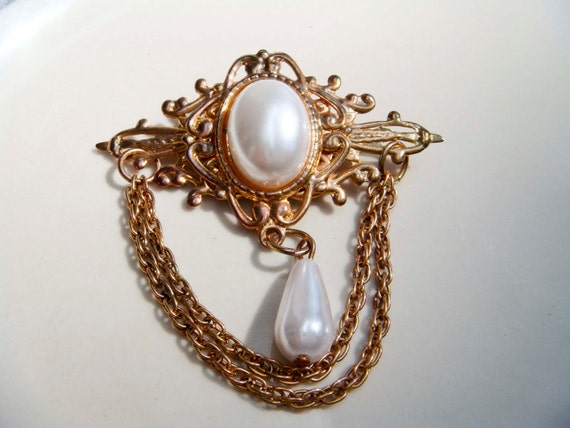 Vintage Victorian Style Medal Brooch Pearl