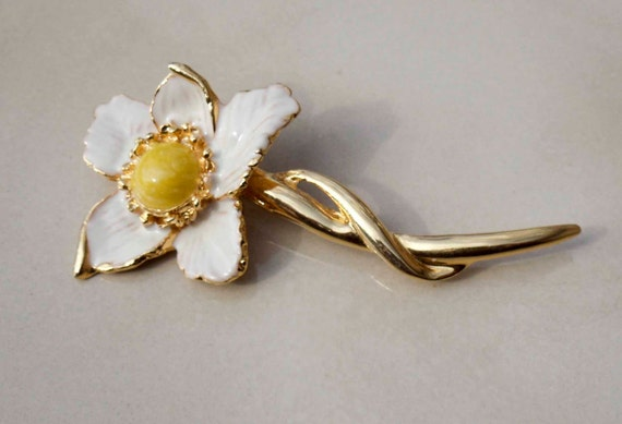 Vintage gold flower brooch white and yellow