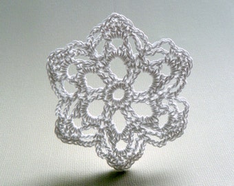 6 Christmas Decorations -- Medium Crochet Snowflake T81, in White