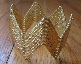 Gold hammered metal bracelet. Zig Zag design.