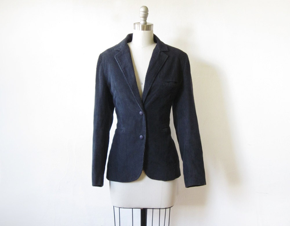Oct 25,  · Go for a tweed or plaid blazer instead of a plain, solid one. Source. A blazer nicely breaks up denim-on-denim. Source. A fitted blazer looks amazing with loose boyfriend jeans. This is one of my favorite combos. Source. A blazer .