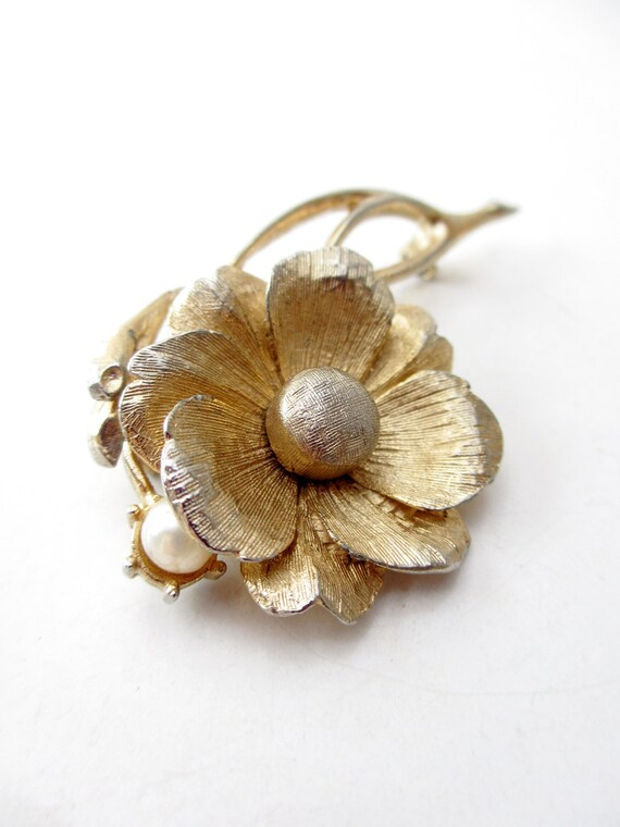 Lee Co. Gold Brushed Metal Flower Brooch with Single Faux Pearl