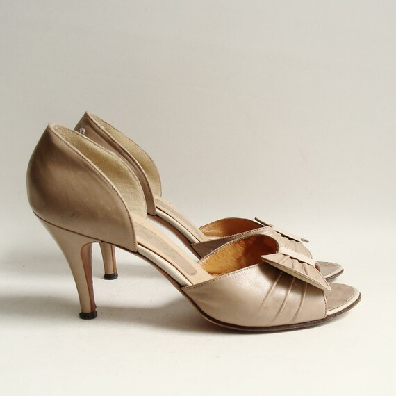 shoes 8.5 / taupe leather heels / 70s 1970s Stanley Philipson pumps / nude beige leather heels / shoes size 8.5 / vintage shoes
