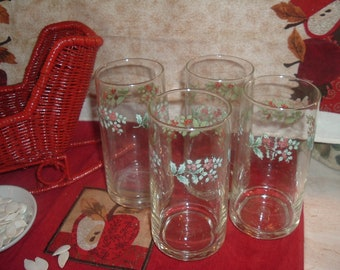 a set of     4 vintage decorative drink glasses made in china