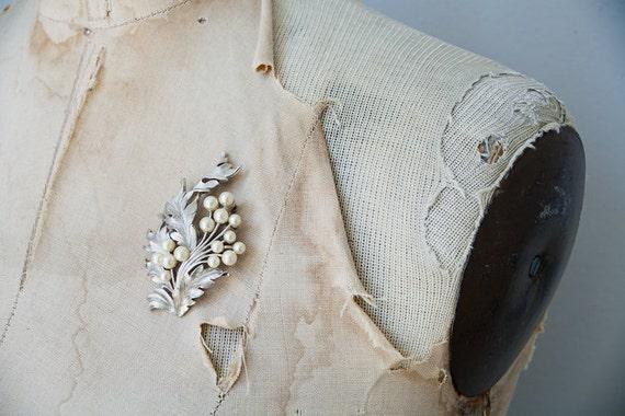 vintage 1940s brooch / vintage 40s jewelry / vintage silver leaf pearls brooch