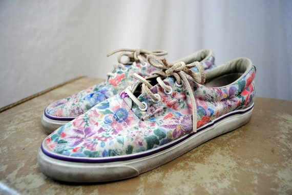 Cute Vintage 80s Bass Floral Sneakers - Size 8