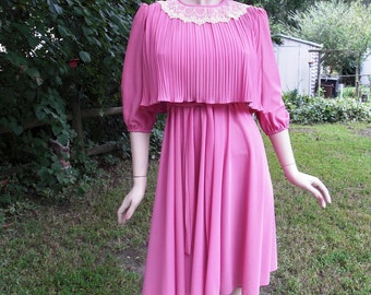 80s Dress in Mauve with Pleated Bodice & Skirt, Vintage Dress, 80s Costume, Secretary Dress with Lace Trimmed Bodice by Ms. Classic Size 6-8