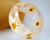 Daisy Resin Bangle.  Pressed Daisies Bracelet.  Real Flowers - Pressed Daisies.  Handmade Resin Jewelry