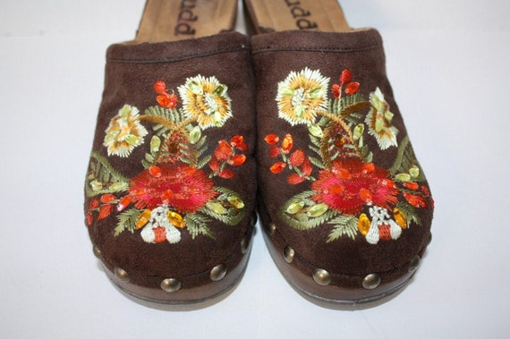 Embroidered Brown Clogs Mudd Size 7Medium Euro 37-38 Orange Gold Yellow Embellished Floral Hippie Boho Beautiful